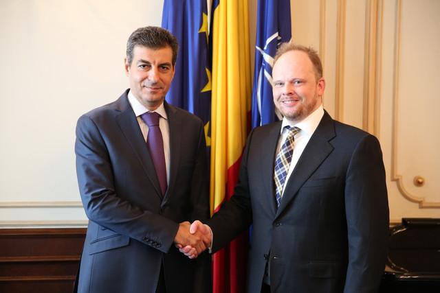 Ministrul apărării naționale, Mihnea Motoc, împreună cu ambasadorul Canadei la București, Kevin Hamilton - foto Valentin Ciobîrcă